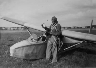 05 Aulis Karvonen tutkii barografia lennetty n Komarilla TIYn enn tyksen 2h48min 1949