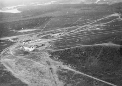 26 J min kentt lounaasta TIYn leirin aikaan 1954